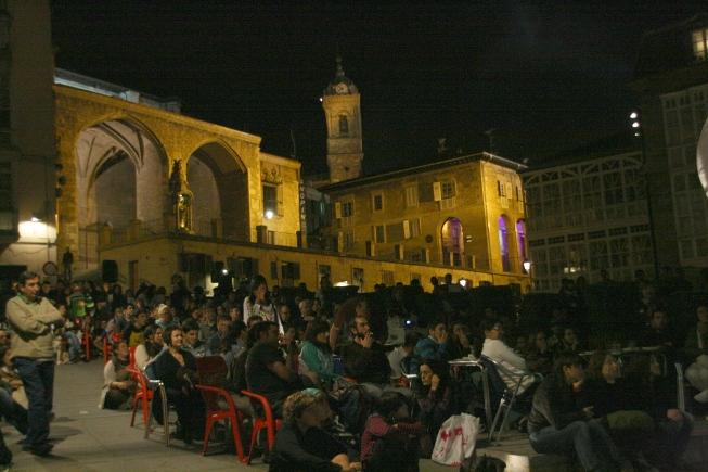 Un buen número de gente se acercó a la Virgen Blanca para presenciar la sesión de cortos que proponía Korterraza, con amplia representación de jóvenes cineastas alaveses