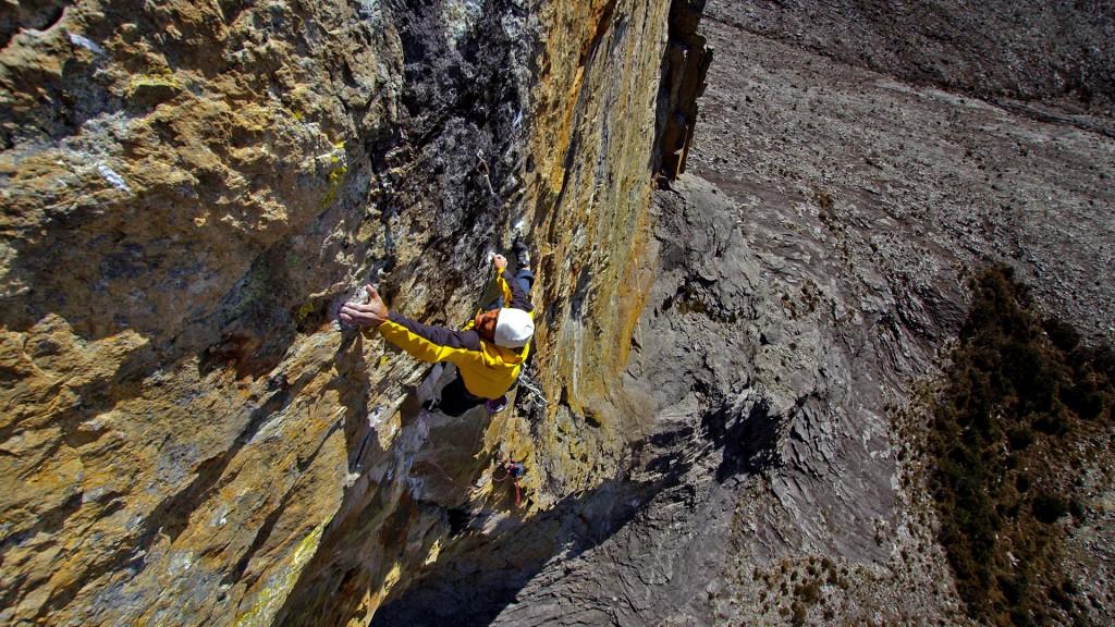 Yuji Hirayama (5.14d) a 13,000 pies de altura en el Mt Kinabalu, Borneo. Foto Chuck Fryberger