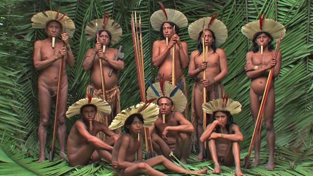 Zo'é-tarrak Amazoinaren bihotz-bihotzean bizi dira isolatuta, hiri hurbilena 300 kilometrotara dutela