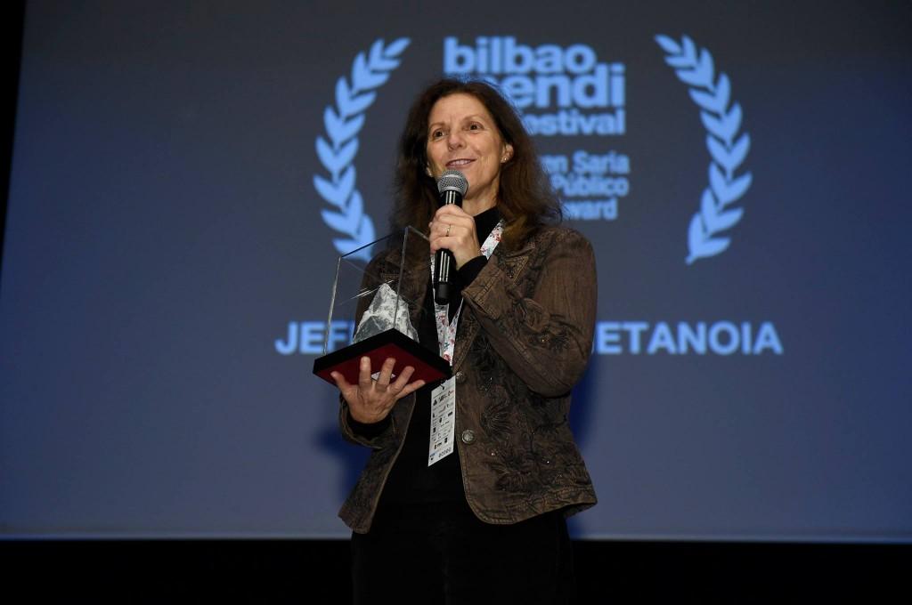 Azken buruan, Jeff Lowe´s Metanoia filmak Ikusleen Saria lortu zuen. Connie Self, Loweren emateak, jaso zuen saria. Argazkia: MFF